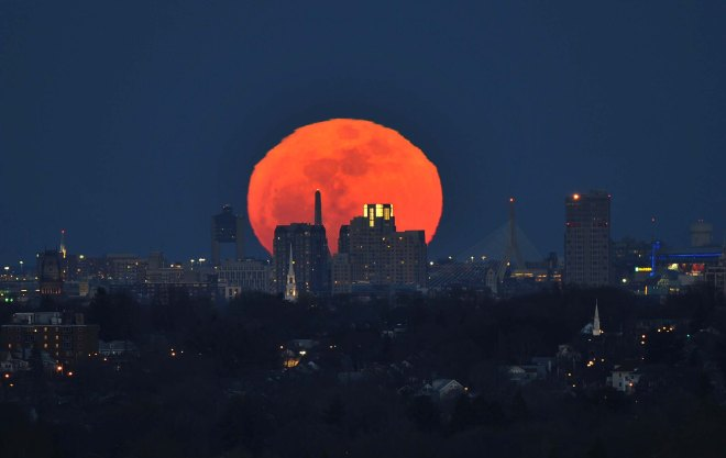 Supermoon-rising-March-2014