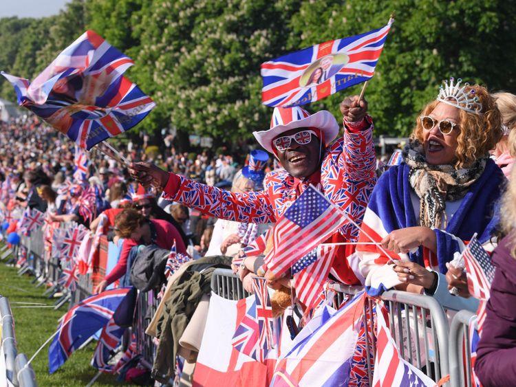 skynews-royal-wedding-crowds-fans_4314443