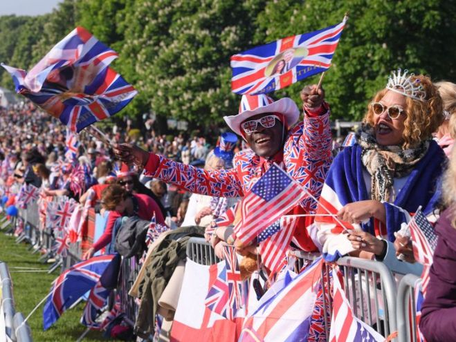 skynews-royal-wedding-crowds-fans_4314443